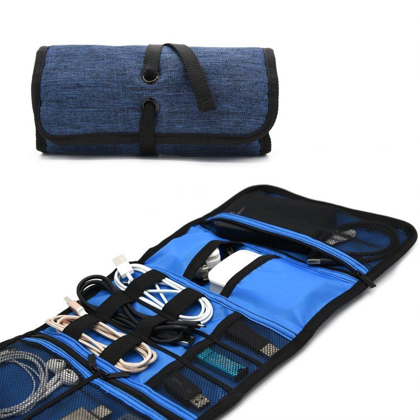 25 accessoires de voyage pour hommes - Roll Up Electronics Organizer