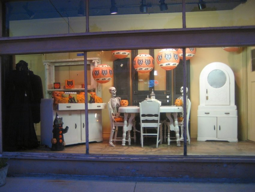 25 Examples of Halloween Retail Displays to Inspire You - Skeleton Kitchen Antiques Setup - Halloween Retail Displays - Halloween Retail Ideas - Halloween Display Ideas