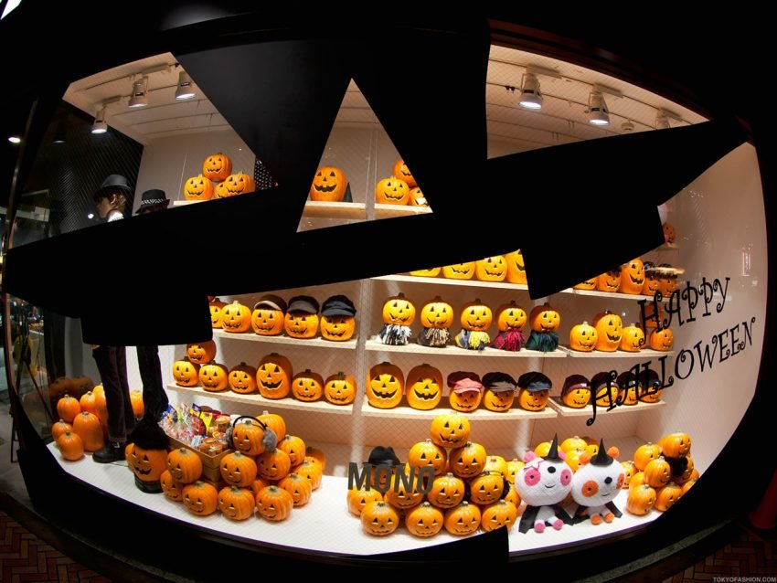 25 Examples of Halloween Retail Displays to Inspire You - Jack-o-lantern Retail Window - Halloween Retail Displays - Halloween Retail Ideas - Halloween Display Ideas