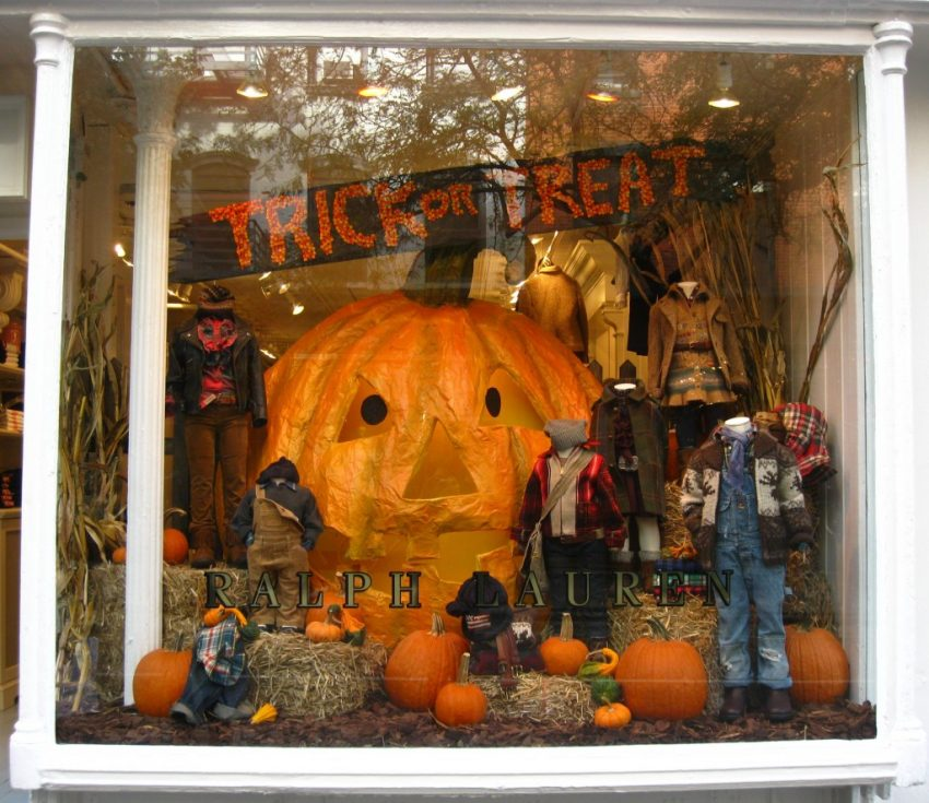 25 Examples of Halloween Retail Displays to Inspire You - Kids' Clothing Pumpkin Display - Halloween Retail Displays - Halloween Retail Ideas - Halloween Display Ideas