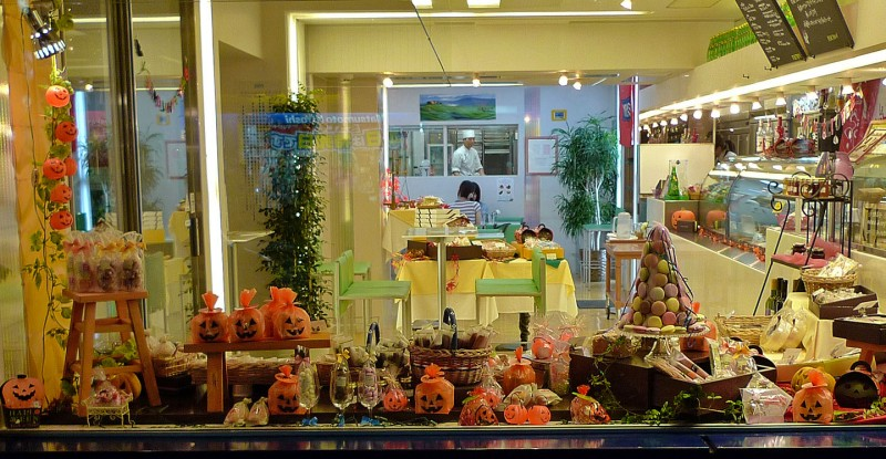 25 examples of halloween displays to inspire your retail store small business trends. Black Bedroom Furniture Sets. Home Design Ideas